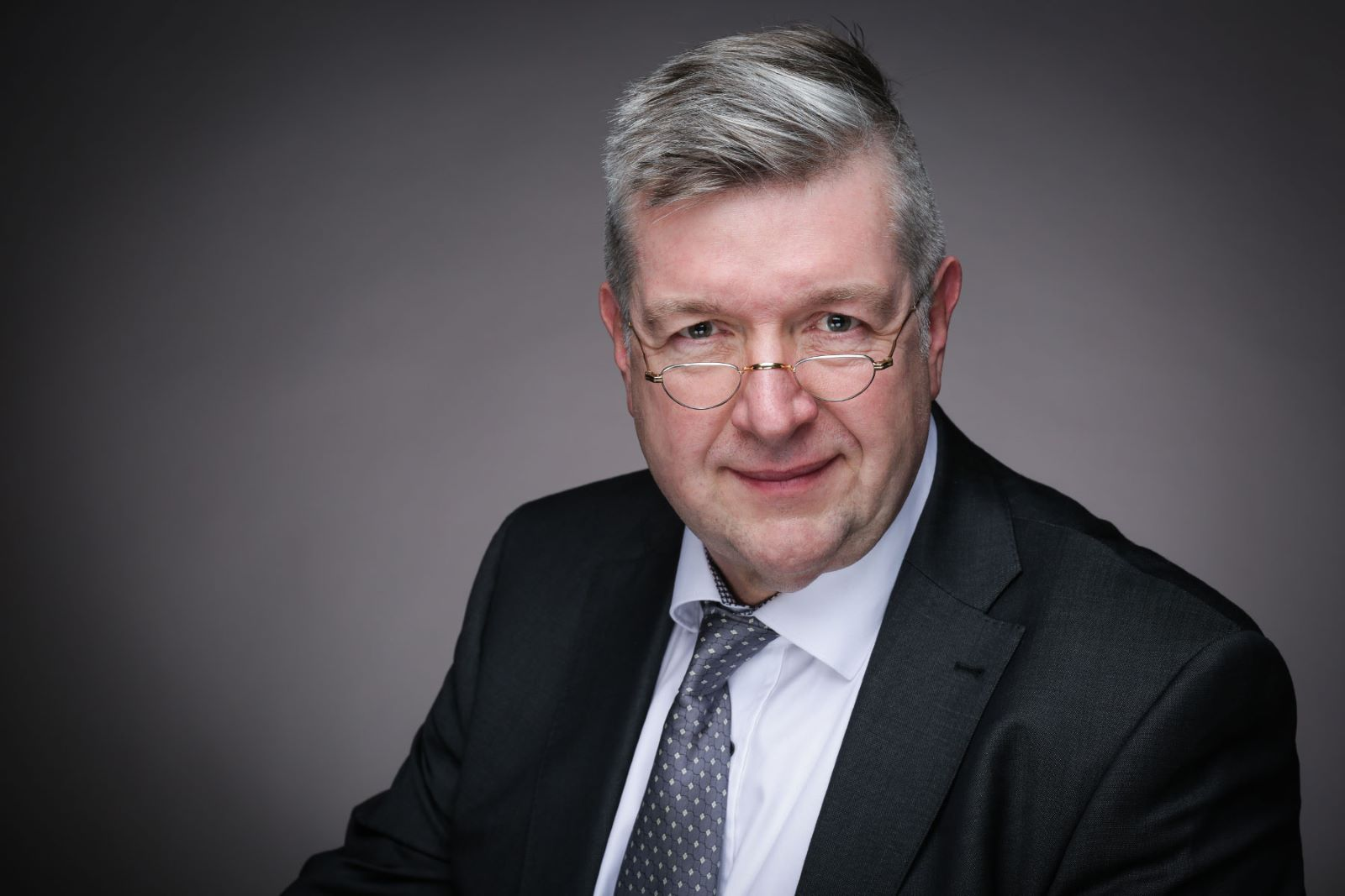 Dr.Burkhard_Portrait_slider
